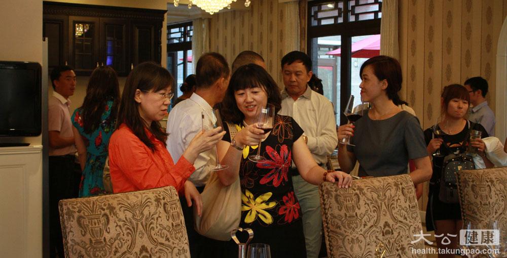 <p>沙龍結束後,所有來賓在舒適的環境中品紅酒和冷餐。<span>攝影/張文傑</span></p>