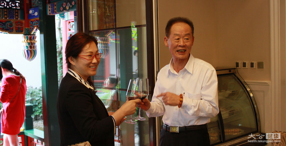 <p>專家們也來碰個杯~但專家們還是提醒大家,喝酒要適量!<span>攝影/張文傑</span></p>