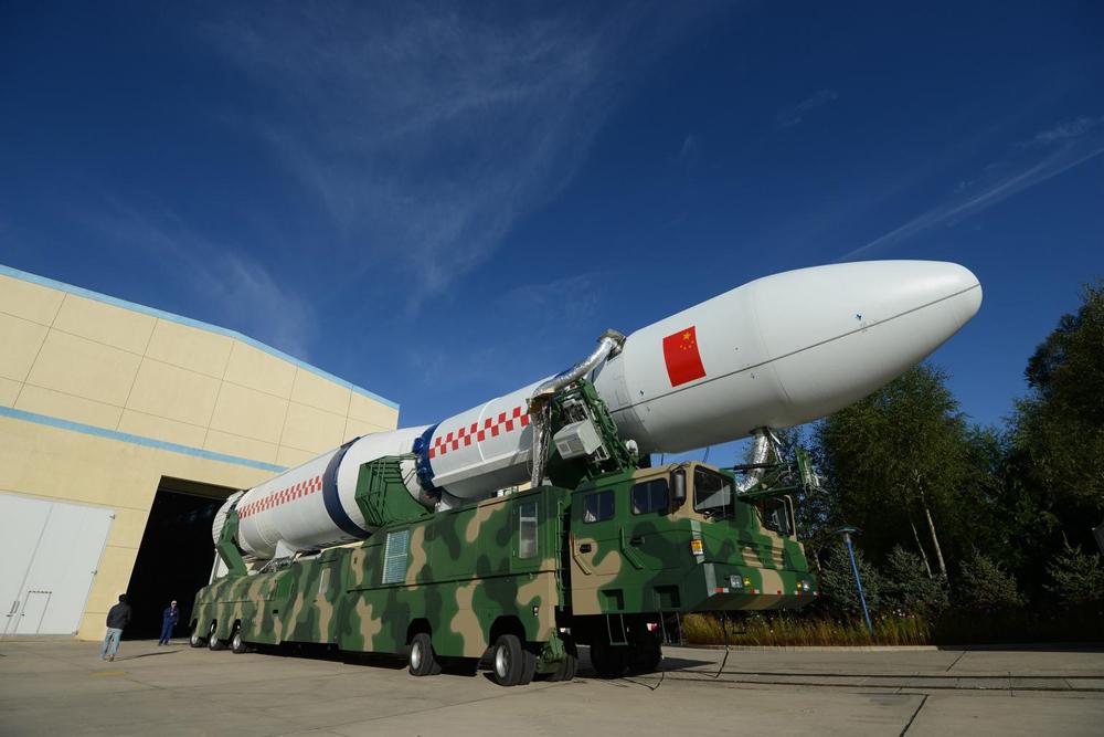 图:长征六号是中国首支利用无毒的液氧煤推进的轻型运载火箭  网络图片   【大公报讯】採用固体燃料的中国新型运载火箭长征十一号25日点火首发,成功将四颗卫星送入太空。发射这种火箭只需24小时准备时间,而且发射方式和造型酷似东风31洲际弹道导弹。有分析称,这款火箭的基础就是东风31导弹。   综合环球时报、腾讯网、新浪网报道:长十一发射成功,标誌茪什磡T体燃料火箭技术的整体成熟。它让人看到中国固体燃料火箭进入军民两用之间游刃有馀的佳境,这必将对中国大国地位形成强有力的支撑。   固体燃料火箭的开发动力