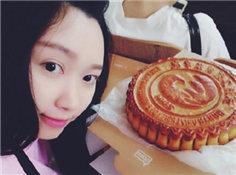 武汉高校20万定制超大月饼发给学生