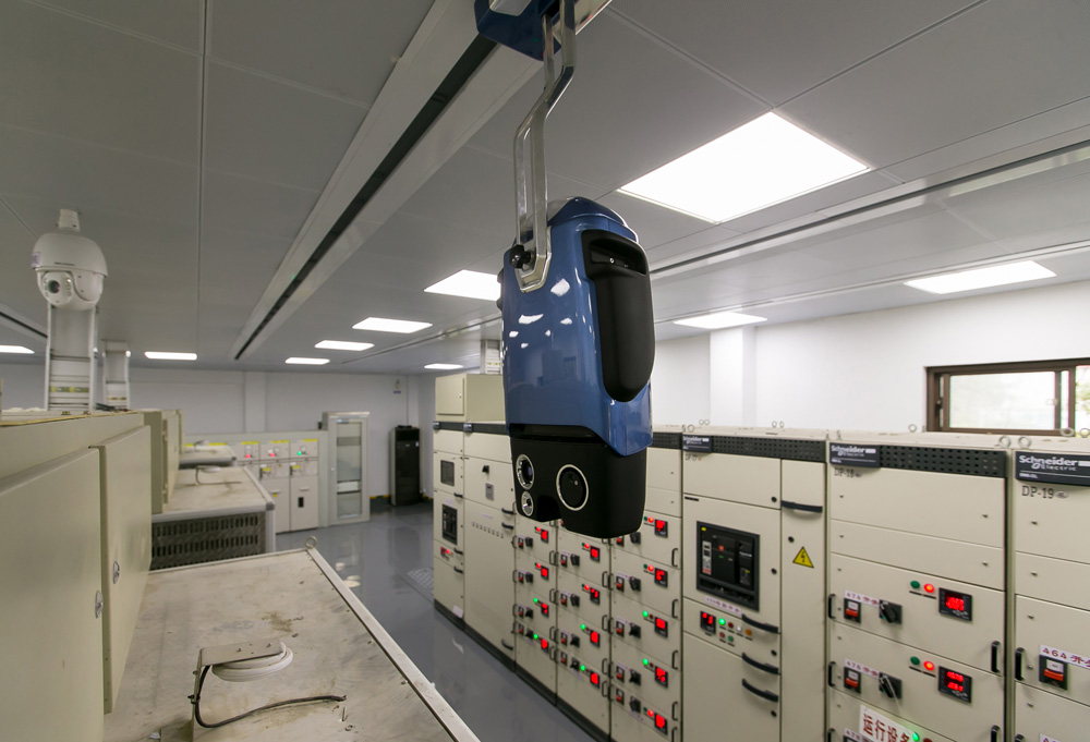 9月29日,内地首批配电房轨道式智能巡视机器人在苏州工业园区月亮湾美颂小区2号配电所内投入使用。据了解,该智能巡视机器人具有红外温度监控、电压数据採集等功能。投入运行后,可对站内设备进行24小时监控,巡视率达100%。   新华社