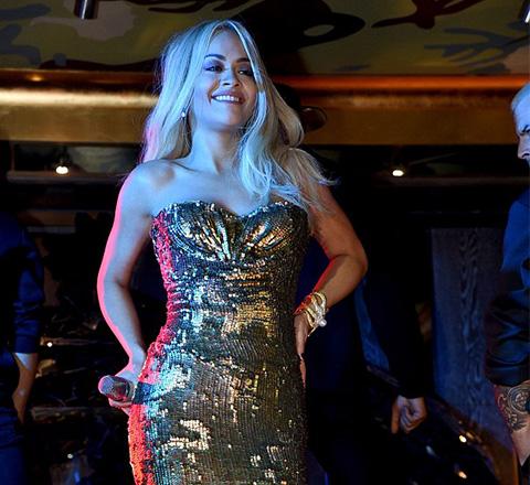 瑞塔·奧拉身穿抹胸亮片禮裙 化身性感美人魚