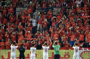 球迷失望却不离场 送掌声鼓励国足