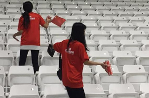 中国球迷赛后清理看台垃圾 卡塔尔球迷:他们没输