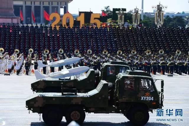 中国无人机方队接受检阅。由3种型号11架无人机组成的无人机方队,是受阅方队中编队最长、排面最多的一个。受阅的国产GJ-1中型长航时无人机、BZK-005长航远程无人机以及250公斤级的JWP02型中程通用无人机均为我军列装的最新型无人机,都是第一次参加阅兵。   【导弹部队】