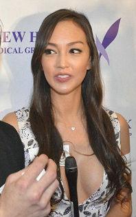 安志杰携女友亮相Jessica C开胸吸睛 往昔性感造型被扒