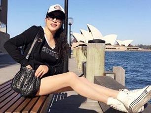 劉曉慶穿短褲站海邊 姿態優雅美腿修長