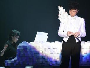 古巨基深圳巡演首创3D裸视 献唱情歌赠爱妻