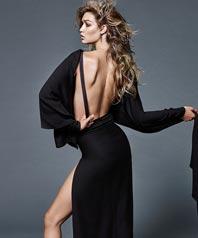 吉吉-哈迪德拍写真半裸出镜 化妆室穿浴袍坐姿豪放