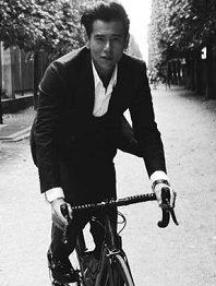 彭于晏巴黎拍写真 绅士单车造型质感十足