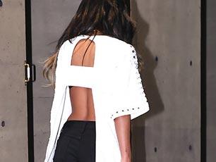 Sistar孝琳皮膚黝黑性感現身 着大露背裝秀背部曲線