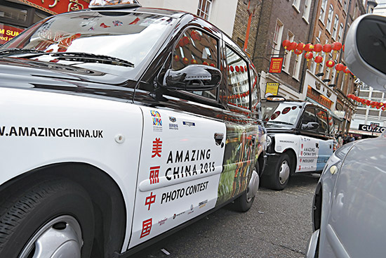 """50辆喷绘有""""美丽中国""""照片图案的英国出租车走上伦敦街头/中新社图片"""