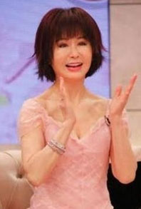 """""""美魔女""""潘迎紫深V粉裙秀事業線 你可知她已經70歲了"""