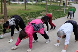公園內爬行鍛鍊健身?醫生稱有效