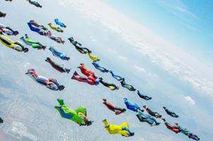 61人同時翼裝飛行 打破世界紀錄