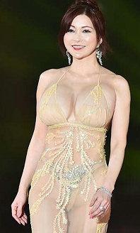 日本艳星叶美香亮相时装周 透视装薄裙被看光光