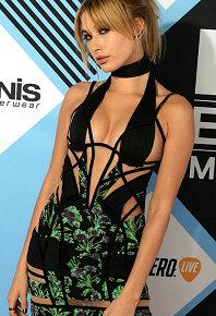 2015MTV歐洲音樂獎紅毯女星拼了!透視裝綁帶裙春光無限