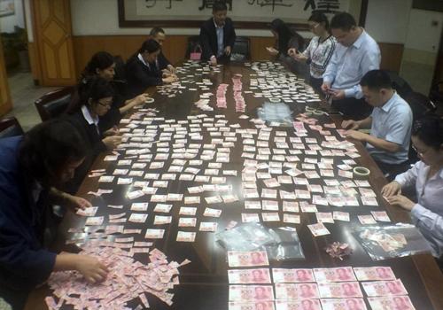 四川13银行员工挑灯夜战拼4万多元碎钞