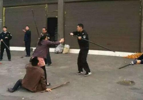 網曝雲南暴力執法 多名執法人員棍棒毆打車主