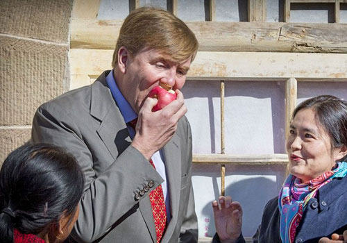 荷蘭國王訪延安啃蘋果