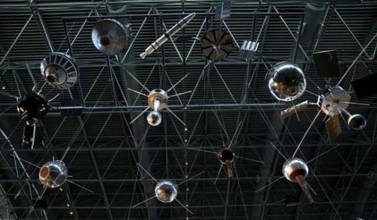 卫星正成为黑客的攻击目标。图为8月28日在美国弗吉尼亚州史密森学会全国航空航天博物馆乌德沃尔·哈齐中心展出的卫星和探测器。(路透社)