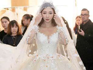 柳巖穿50斤婚紗走秀大秀深溝 談整容:為了美去改變沒有錯