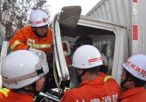 高速路應急車道被佔 消防員奔跑8公里救援
