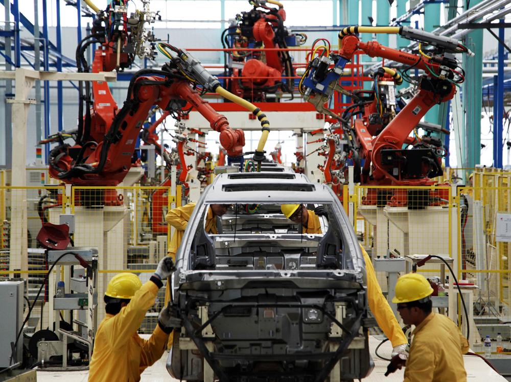 图:山东威海一所新能源汽车製造公司的车间资料图片   3日,新华社发布《中共中央关于制定国民经济和社会发展第十三个五年规划的建议》(下称建议),提出今后五年新的目标要求是经济保持中高速增长。国家发改委主任徐绍史当日就规划作介绍时表示,中国有决心也有条件在十三五时期保持经济中高速增长。徐绍史还表示,未来五年在各项政策目标中,稳增长排在第一位。大公报记者张宝峰北京报道   建议提出,十二五时期是中国发展很不平凡的五年。中国经济总量稳居世界第二位,十三亿多人口的人均国内生产总值增至780