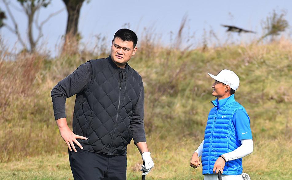姚明挥杆 搭档李昊桐参加高尔夫球大师赛