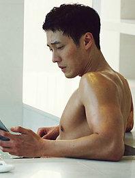 蘇志燮新劇曬完美腹肌 澡堂半裸身材似雕塑