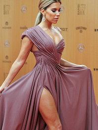 帥炸!超模西爾維梅斯現身斑比獎頒禮 着抹胸高開衩裙吸睛