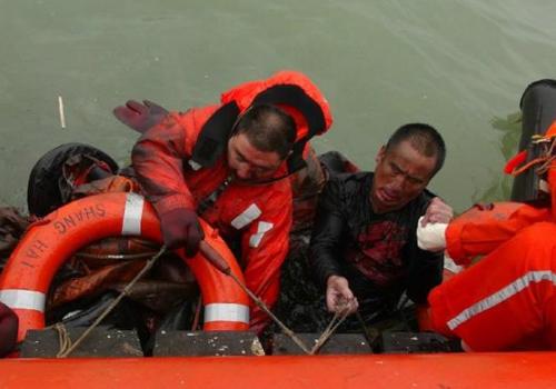 連雲港附近海域一貨船沉沒 5人獲救