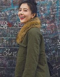 高圆圆漫步韩国街边美如画 轻松惬意展文艺风
