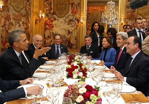 奥巴马与奥朗德聚餐谈笑风生