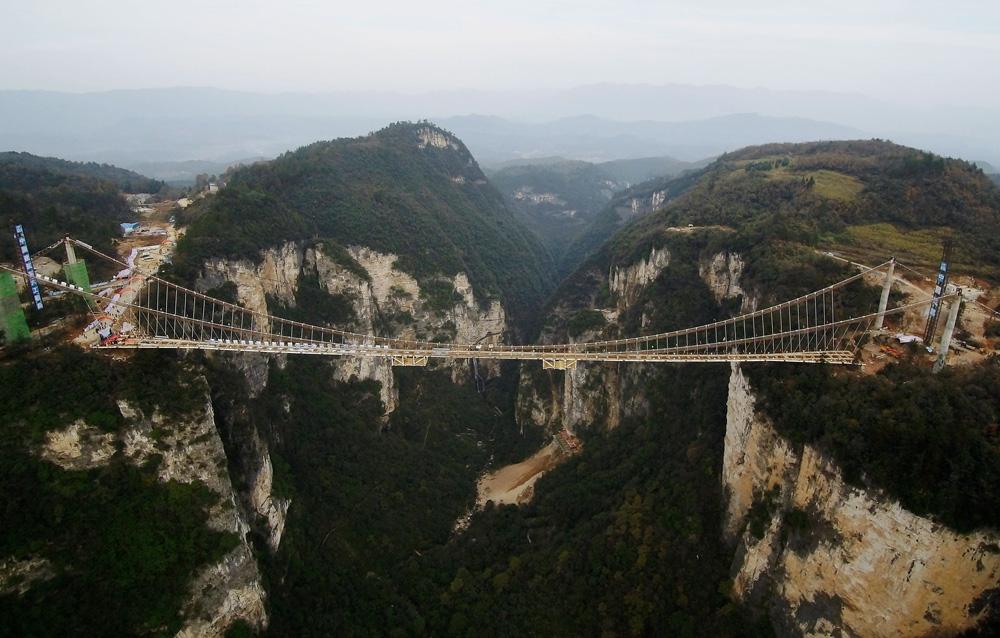 张家界大峡谷玻璃桥位于张家界大峡谷风景区栗树
