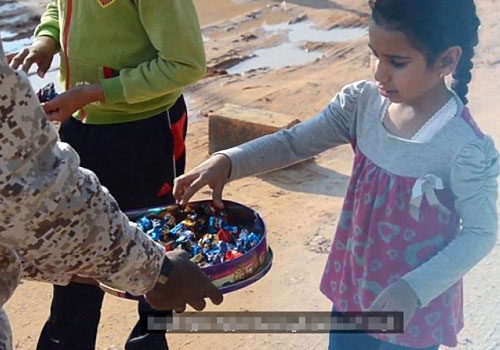 IS給當地小孩發糖慶祝巴黎恐襲