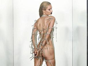 """希爾頓拍背部全裸寫真 還玩""""捆綁藝術"""""""