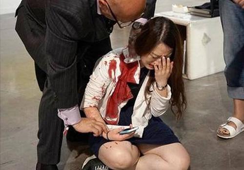 女子艺术展上被刺 旁人当成行为艺术
