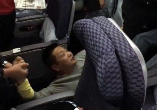 男子大闹上海飞纽约航班 被拒载抬下飞机