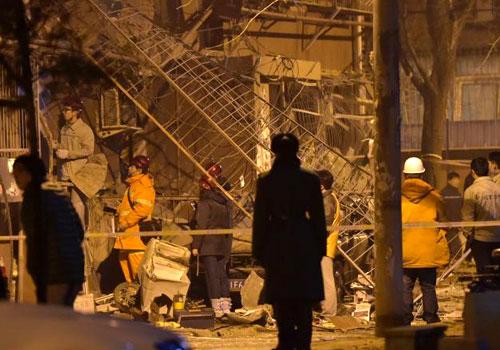 北京市石景山一居民楼发生爆燃 安全护栏脱落