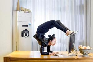 逆天!中国第1柔术美女办公室秀柔韧