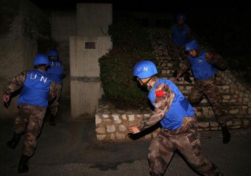 中国维和部队地下掩体躲避炮袭画面