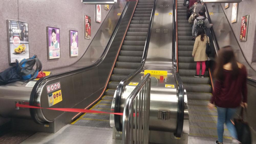 """修复处膜过程图-港铁铜锣湾站又发生""""炒电梯""""事故.一条由月台通往大堂扶手电梯,"""