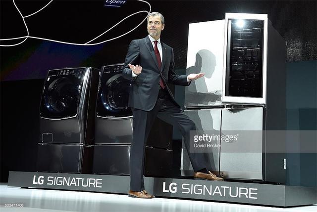 LG全新自动开门冰箱 把大象装进去只剩一步