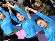 高三艺考生练瑜伽减压 身材曼妙