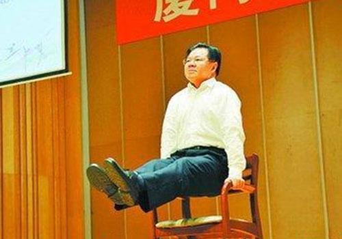 """61歲校長示範""""直臂撐雙槓""""25秒"""