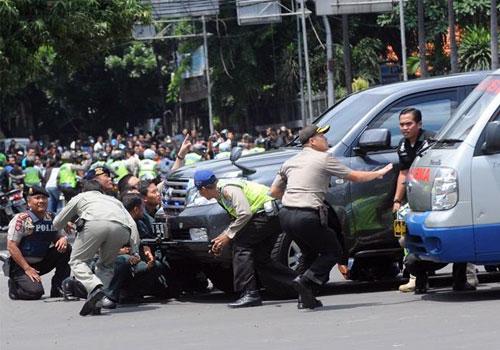 印尼首都发生多起爆炸 警方同武装分子交火