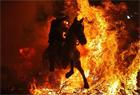 勇士骑马穿烈焰庆祝圣安东尼节