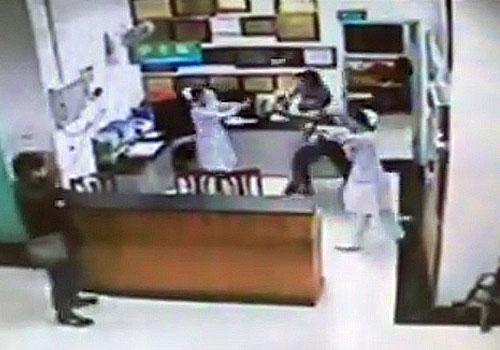 广东一公务员殴打医生护士现场