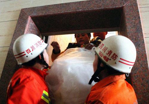 婚礼在即电梯故障 新郎新娘12人被困